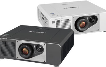 Hoofdafbeelding van de Panasonic PT-FRZ60-projector.