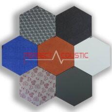 Zeshoekige akoestische panelen met patronen in kleuren