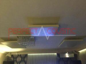 akoestisch paneel geplaatst op het plafond van de bioscoopzaal