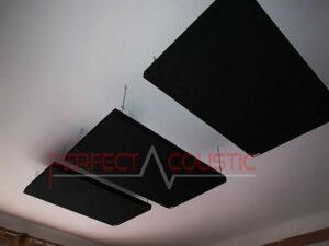 akoestisch paneel op het plafond van de bioscoopzaal (2)