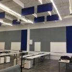 blauwe-plafond-panelen-in-een-hal