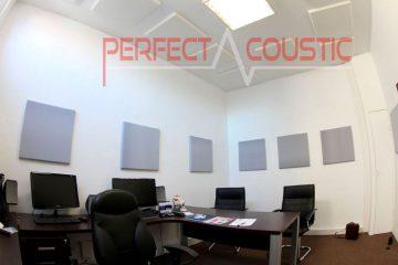 kantoorakoestiek met witte panelen
