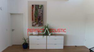 printelt akusztikai panel a nappali közepén